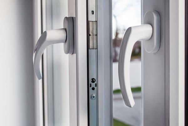 Czym się kierować wybierając klamki do okien?