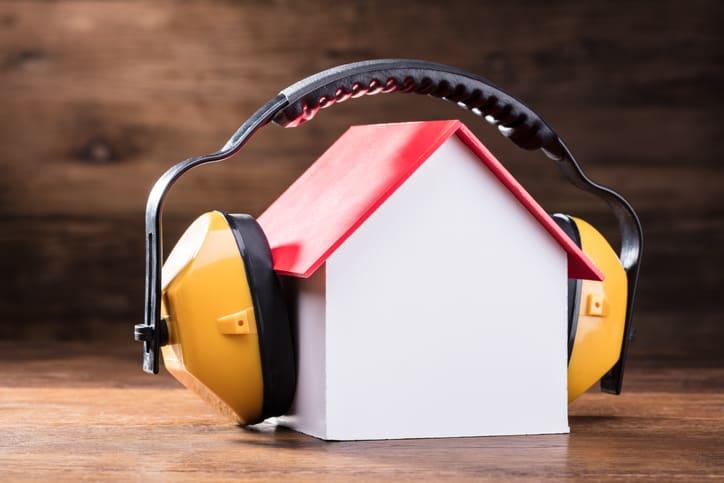 Jak zapewnić dobrą izolację akustyczną w domu i w mieszkaniu?