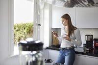 kobieta przy oknie w kuchni